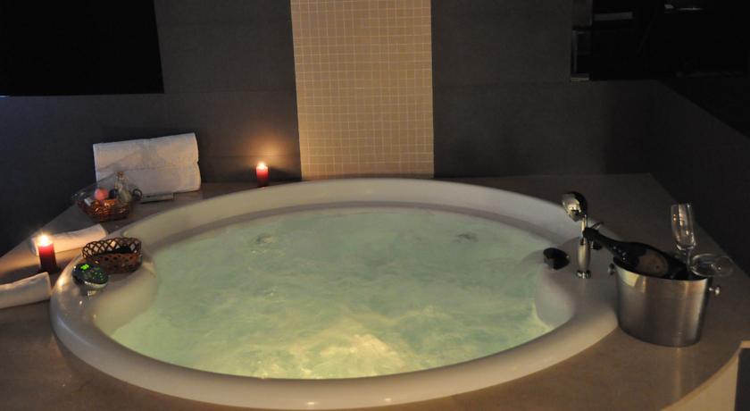Hoteles con jacuzzi privado en la habitacion en madrid for Hoteles con jacuzzi en la habitacion