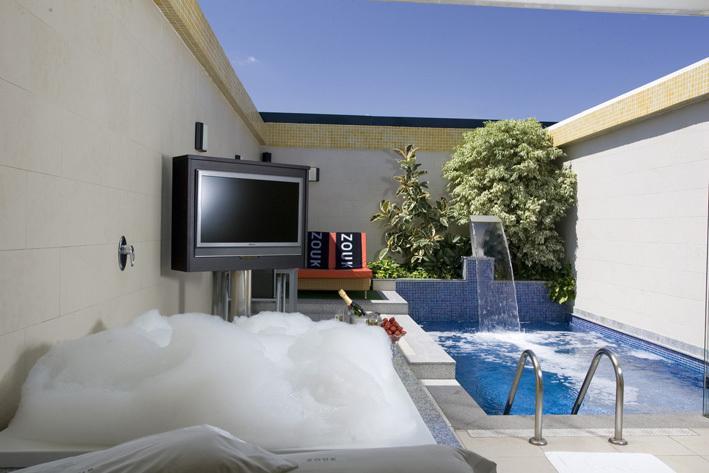 Hoteles con jacuzzi privado en la habitacion en madrid for Hotel piscina habitacion