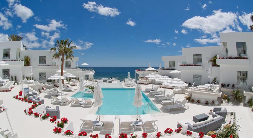 Los 15 mejores hoteles con vistas al mar en lanzarote for Piscinas nudistas barcelona